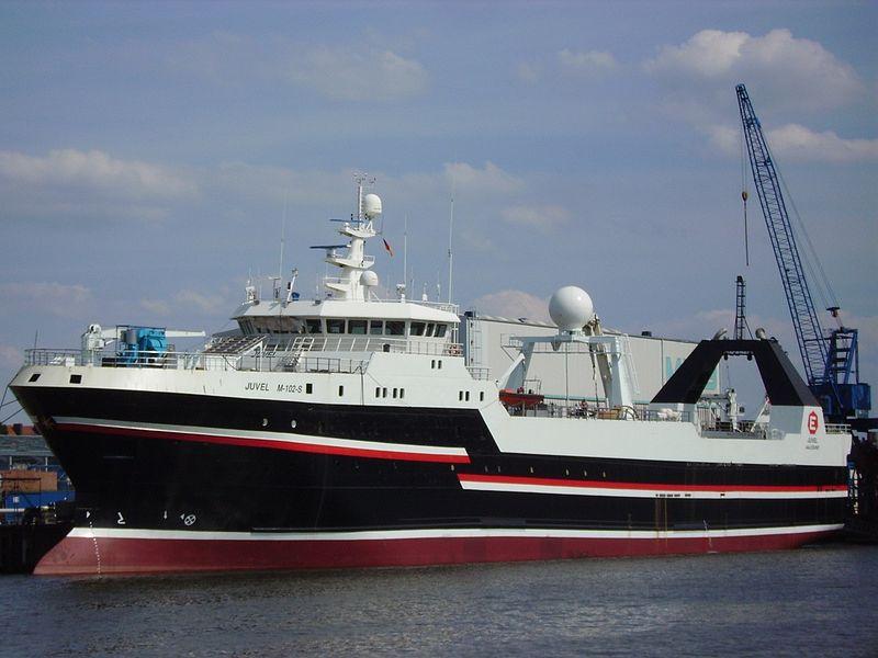 """Der norwegische Trawler """"Juvel"""" ist mit einer Tragfähigkeit von 2700 Tonnen einer der Großen im Fischereigeschäft (Quelle: https://commons.wikimedia.org/wiki/File :Trawler_Juvel.jpg)."""