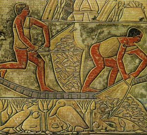 Diese von ca 2100 v. Chr. stammende Wandmalerei aus Ägypten zeigt bereits das Fischen mit Handkeschern (Quelle: https://commons.wikimedia .org/wiki/File:Tomb_of_ Anchtifi_01.jpg?uselang=de).