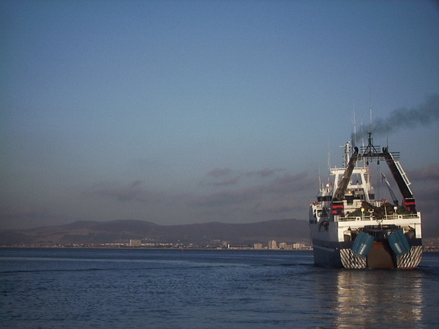 Ein südafrikanischer Fischer läuft aus den Hafen in Kapstadt aus, um in den fischreichen Gewässern vor der Küste zu fischen. Quelle: © Tom Vierus